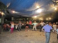 Παρέα Κρεντιωτών χορεύει το βράδυ στο πανηγύρι (1)