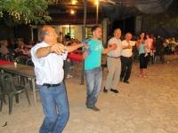 Ο Γιώργος, πάντα κεφάτος , χορεύει το αγαπημένο του τραγούδι